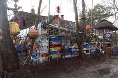 渔条板箱、浮体和其他海对象在老酒吧Blaue Maus前面在北部弗里斯兰省人海岛Amrum上 图库摄影