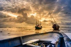 渔海船和日出 免版税库存照片