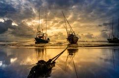 渔海船和日出 免版税图库摄影