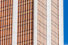渔玻璃红色,伯根地,窗口财政摩天大楼,大厦特写镜头的角落的棕色门面 免版税库存照片
