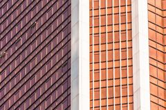 渔玻璃红色,伯根地,窗口财政摩天大楼,大厦特写镜头的角落的棕色门面 免版税库存图片