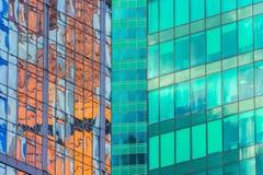 渔玻璃红色,伯根地,褐色,绿色,窗口财政摩天大楼,大厦特写镜头的角落的水色clolrs门面 免版税库存图片