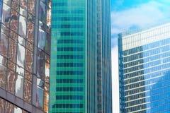 渔玻璃红色,伯根地,褐色,绿色,窗口财政摩天大楼,大厦特写镜头的角落的水色clolrs门面 库存照片
