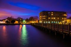 渔码头和江边在晚上,在格雷斯港, 3月 免版税库存图片