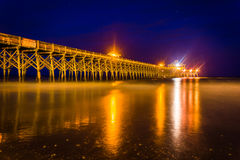渔码头在晚上,在愚蠢海滩,南卡罗来纳 免版税库存图片