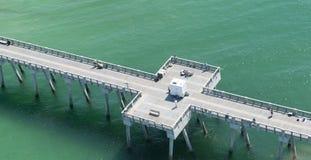 渔码头的一张鸟瞰图在巴拿马城海滩,佛罗里达的在鲜绿色中墨西哥湾的水域 库存图片