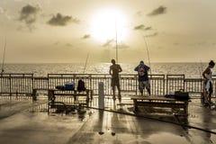 渔码头的人们在晴朗 库存图片