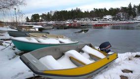 渔船、雪和波罗的海的主角灰色水 移动式摄影车射击 股票视频