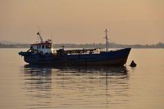 渔船停住在日落 库存照片