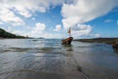 渔船停住的漂浮在清楚的水 免版税库存图片