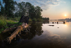 渔船停泊了在河的小木桥 免版税图库摄影