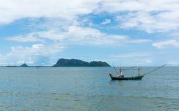 渔船停泊了在海湾Prachuap, Prachuap Khiri Khan P 免版税库存照片