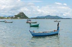渔船停泊了在海湾Prachuap, Prachuap Khiri Khan P 免版税库存图片