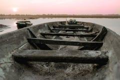 渔船停车处在河沿晚上在日落, Roi覆盖和,泰国 库存图片