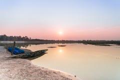渔船停车处在河沿晚上在日落, Roi覆盖和,泰国 库存照片