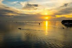 渔船剪影在日出的海 免版税图库摄影