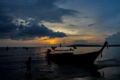 渔船剪影在日落的在海在泰国、Krabi、Railey和Tonsai的海滩胜地 免版税库存图片