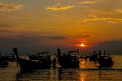 渔船剪影在日落的在海海滩胜地在泰国, Krabi 库存照片