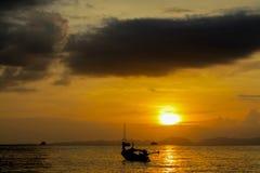 渔船剪影在日落的在海海滩胜地在泰国, Krabi 免版税库存照片