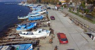 渔船和一个鱼市在黑海在保加利亚波摩莱沿岸航行 库存照片