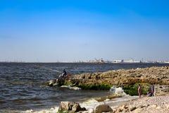 渔船和一位渔夫海滩的 免版税图库摄影