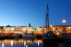 渔船和一艘帆船在赫尔辛基集市广场在10月晚上 库存图片
