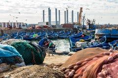 渔船和渔夫在索维拉,摩洛哥怀有场面 免版税库存照片