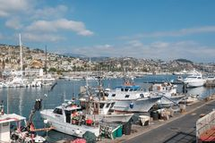 渔船和游艇在海湾 图库摄影