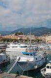 渔船和游艇在港口 免版税库存照片