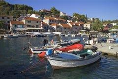 渔船和游艇在Maslinica口岸 图库摄影