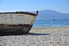 渔船和灯塔在海 免版税库存照片