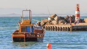 渔船和灯塔 免版税库存图片
