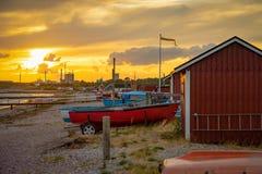 渔船和钓鱼在日落光的海滩在瑞典 免版税库存图片