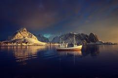 渔船和雷讷村庄, Lofoten海岛 库存照片