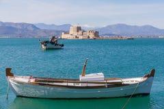 渔船和Bourtzi堡垒在Nafplion,希腊大局 库存照片
