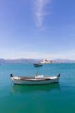 渔船和Bourtzi堡垒在Nafplion,希腊画象 免版税库存图片