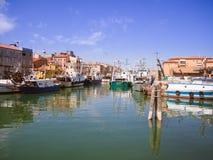渔船在一条运河停泊了在基奥贾,意大利 免版税图库摄影