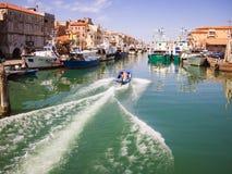 渔船在一条运河停泊了在基奥贾,意大利 免版税库存图片