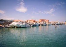 渔船在一条运河停泊了在基奥贾,意大利 图库摄影