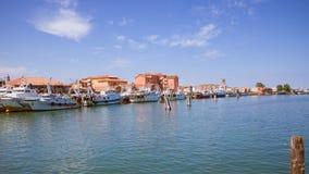 渔船在一条运河停泊了在基奥贾,意大利 库存照片