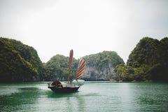 渔船在下龙湾 库存照片