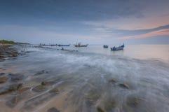 渔船在丹戎Piandang的蓝色小时@取缔Pecah霹雳州马来西亚 库存图片