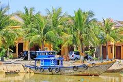 渔船在会安市古镇,越南联合国科教文组织世界遗产名录 免版税图库摄影