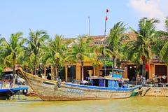 渔船在会安市古镇,越南联合国科教文组织世界遗产名录 免版税库存图片