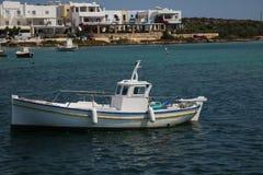 渔船在安提帕罗斯岛海岛 免版税库存图片