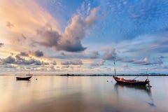 渔船在完全风平浪静浇灌象与云彩的玻璃在天空,在日出期间被采取的长的曝光 免版税图库摄影