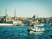 渔船在尖塔背景,伊斯坦布尔漂浮 免版税图库摄影