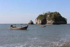 渔船在山附近的黄海 中国 免版税库存图片
