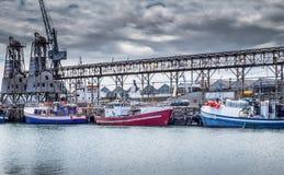 渔船在开普敦在一多云天靠码头 免版税图库摄影