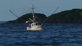 渔船在开车回家在浪潮起伏的水的阿拉斯加 股票录像